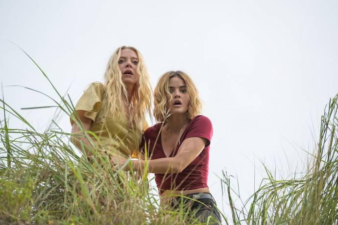Portia Doubleday (Sonja) en Lucy Hale (Melanie) in Blumhouse's Fantasy Island