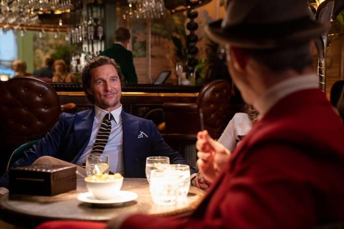 Matthew McConaughey (Mickey Pearson) en Jeremy Strong (Matthew)