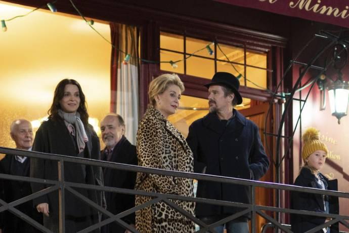 Juliette Binoche (Lumir), Catherine Deneuve (Fabienne Dangeville) en Ethan Hawke (Hank) in La Vérité (The Truth)