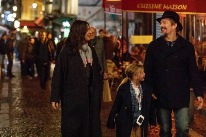 Juliette Binoche (Lumir), Clémentine Grenier (Charlotte) en Ethan Hawke (Hank) in La Vérité (The Truth)