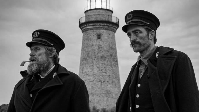 Willem Dafoe (Thomas Wake) en Robert Pattinson (Ephraim Winslow)
