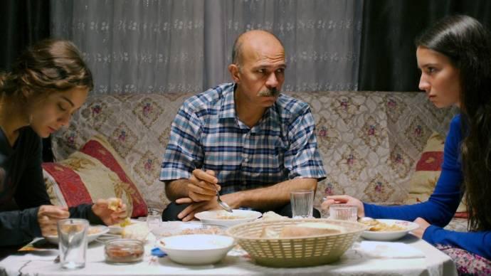 Damla Sönmez (Sibel), Emin Gursoy (Emin) en Elit Iscan (Fatma)