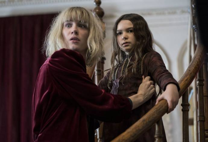 Mackenzie Davis (Kate) en Brooklynn Prince (Flora) in The Turning