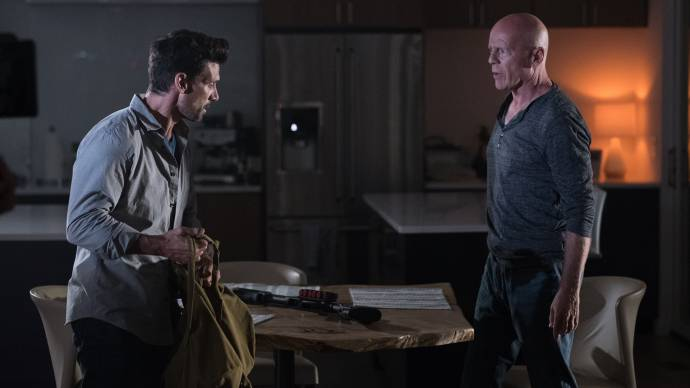 Frank Grillo (Jacob) en Bruce Willis (James)