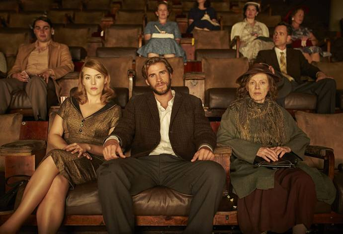 Kate Winslet (Tilly Dunnage), Liam Hemsworth (Teddy McSwiney) en Judy Davis (Molly Dunnage) in The Dressmaker