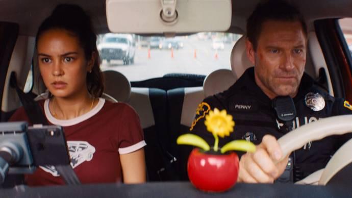 Courtney Eaton (Ava Brooks) en Aaron Eckhart (Frank Penny) in Line of Duty
