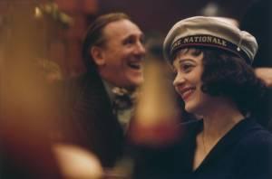 Louis Leplee (Gerard Depardieu) en Edith Piaf (Marion Cotillard) tijdens feestje