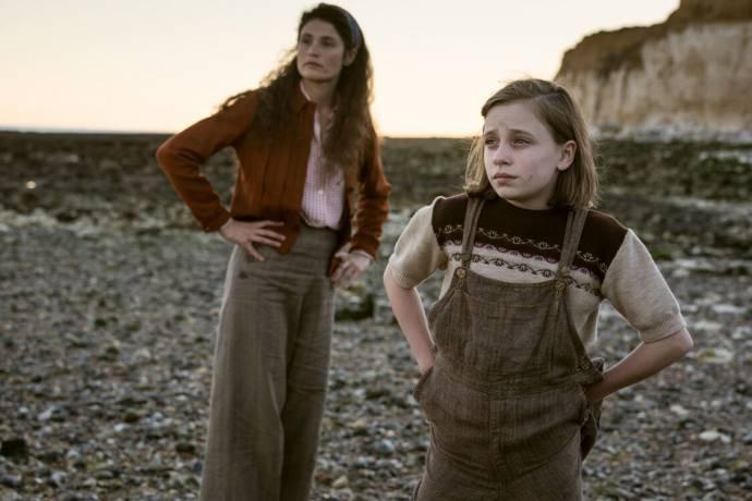 Gemma Arterton (Alice) en Dixie Egerickx (Edie) in Summerland