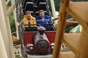 Ernst en Bobbie worden door Wolter Onix vastgebonden in een achtbaan