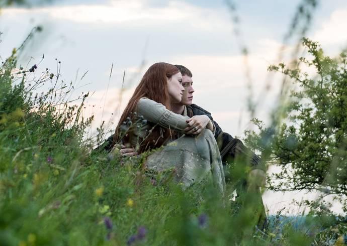 Daisy Ridley (Ophelia) en George MacKay (Hamlet)