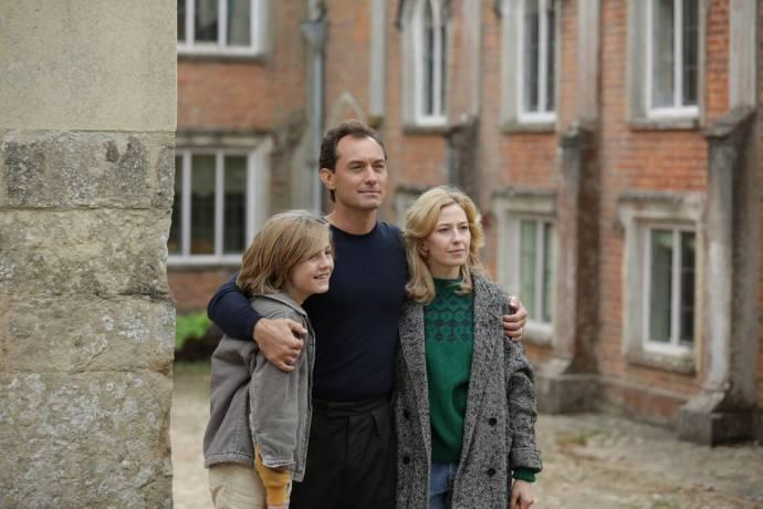Charlie Shotwell (Benjamin), Jude Law (Rory) en Carrie Coon (Allison)