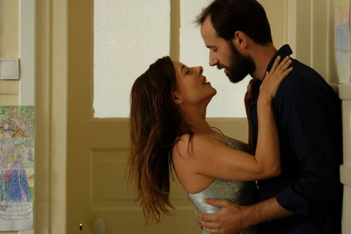 Laure Calamy (Antoinette Lapouge) en Benjamin Lavern (Vladimir Loubier (as Benjamin Lavernhe de la Comédie Française)) in Antoinette dans les Cévennes