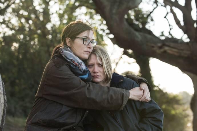 Kate Winslet (Jennifer) en Mia Wasikowska (Anna)
