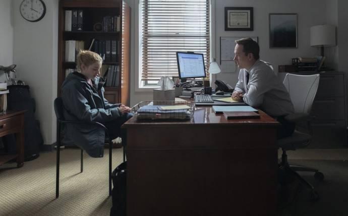 Julia Garner (Jane) en Matthew Macfadyen (Wilcock)