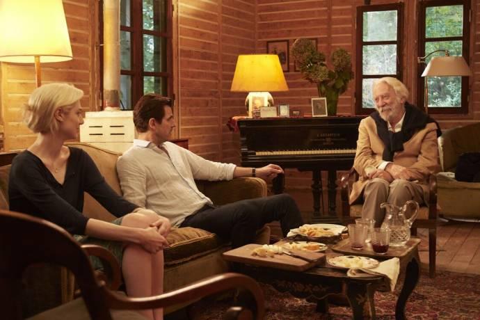 Elizabeth Debicki (Berenice Hollis), Claes Bang (James Figueras) en Donald Sutherland (Jerome Debney)