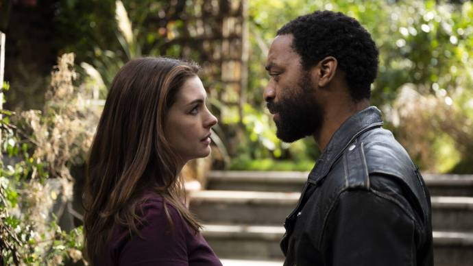 Anne Hathaway (Linda) en Chiwetel Ejiofor (Paxton) in Locked Down