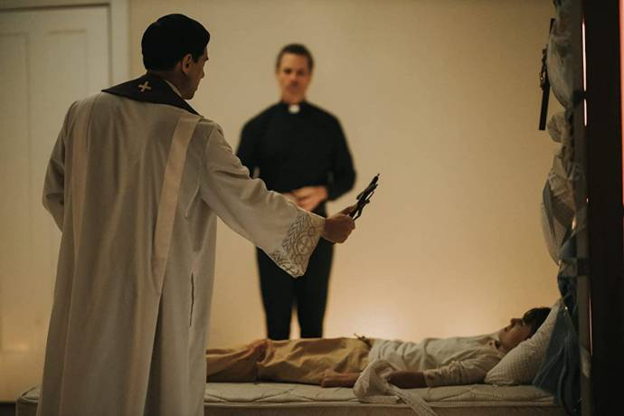 Vadhir Derbez (Father Daniel) en Guy Pearce (Father Peter) in The Seventh Day