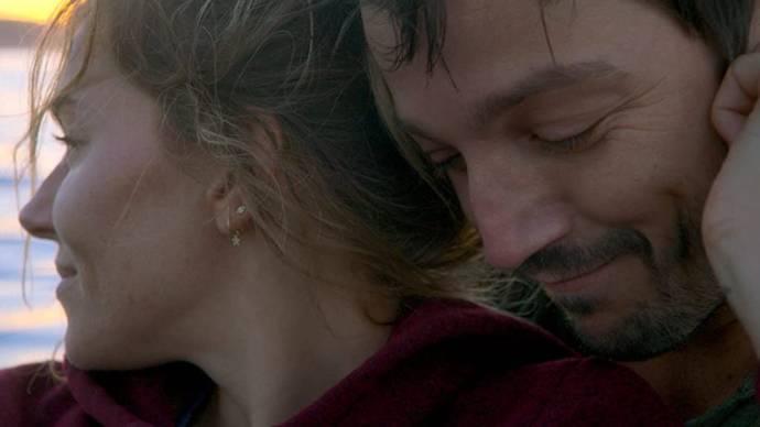 Sienna Miller (Adrienne) en Diego Luna (Matteo)