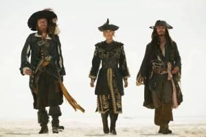 Orlando Bloom (Will Turner), Keira Knightley (Elizabeth Swann) en Geoffrey Rush (Barbossa)