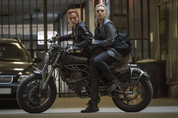 Scarlett Johansson (Natasha Romanoff / Black Widow) en Florence Pugh (Yelena Belova) in Black Widow 3D