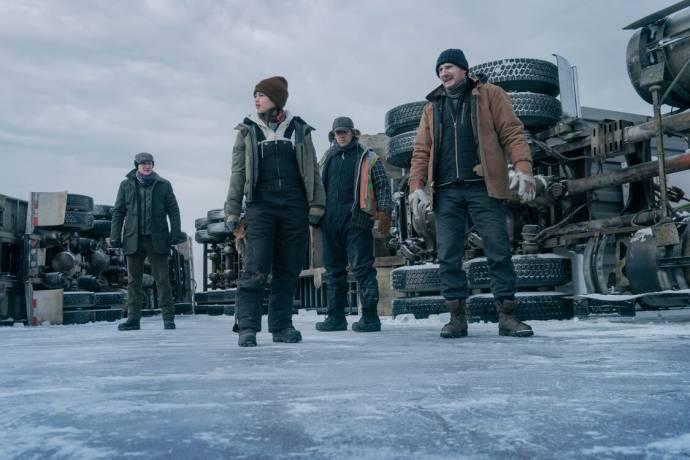 Marcus Thomas (Gurty McCann), Amber Midthunder (Tantoo), Benjamin Walker (Tom Varnay) en Liam Neeson (Mike McCann) in The Ice Road