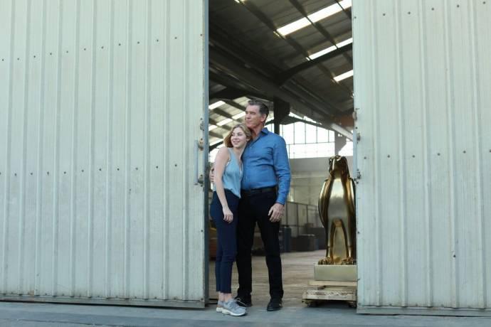 Hermione Corfield (Hope) en Pierce Brosnan (Pace) in The Misfits