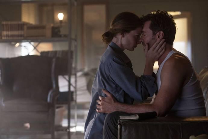 Rebecca Ferguson (Mae) en Hugh Jackman (Nick Bannister) in Reminiscence