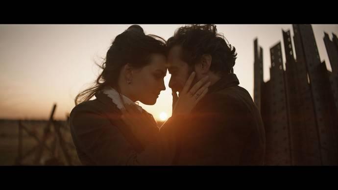 Emma Mackey (Adrienne Bourgès) en Romain Duris (Gustave Eiffel) in Eiffel