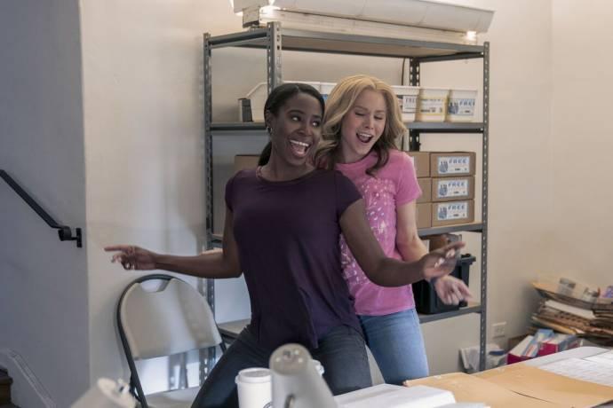 Kirby Howell-Baptiste (JoJo Johnson) en Kristen Bell (Connie Kaminski) in Queenpins