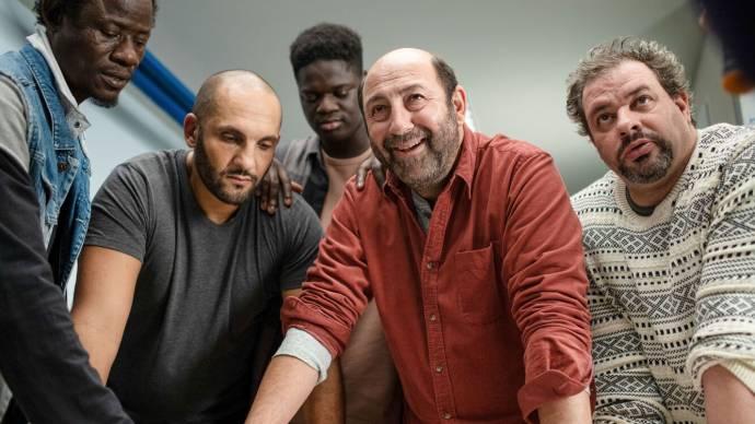 Wabinlé Nabié (Moussa Traoré), Sofian Khammes (Kamel Ramdane), Lamine Cissokho (Alex), Kad Merad (tienne Carboni) en David Ayala (Patrick)