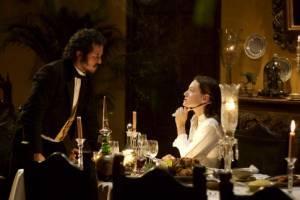 John Leguizamo (Lorenzo Daza) en Giovanna Mezzogiorno (Fermina Urbino)