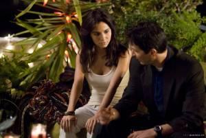 Martha Higareda (Grace Garcia) en Keanu Reeves (Detective Tom Ludlow)