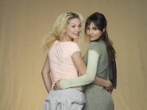 Maryam Hassouni (Dunya El-Beneni) en Eva van de Wijdeven (Desie Koppenol)
