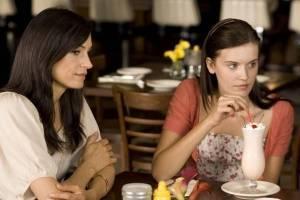 Maggie Grace (Kim) en Famke Janssen