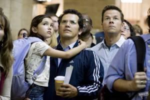 John Leguizamo (Julian), Ashlyn Sanchez (Jess) en Mark Wahlberg (Elliot Moore)