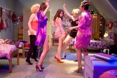 Kimberley Nixon (Kate), Emma Roberts (Poppy) en Juno Temple (Drippy)