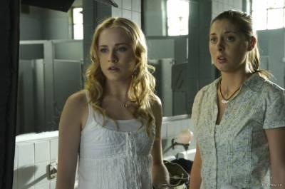 Jessica Carlson (Girl at Shooting) en Evan Rachel Wood (Young Diana)