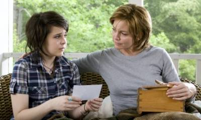 Diane Lane (Adrienne Willis) en Mae Whitman (Amanda Willis)