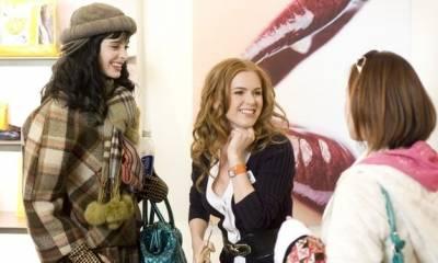 Isla Fisher (Rebecca Bloomwood) en Krysten Ritter (Suze)