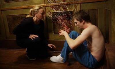 Kyle Gallner (Matt Campbell) en Virginia Madsen (Sara Campbell)