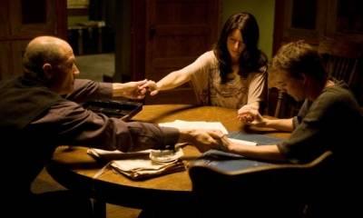 Amanda Crew (Wendy), Kyle Gallner (Matt Campbell) en Elias Koteas (Reverend Popescu)