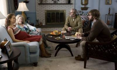 Jeff Daniels (Jerry Farlander), John Krasinski (Burt Farlander), Catherine O'Hara (Gloria Farlander) en Maya Rudolph (Verona De Tessant)