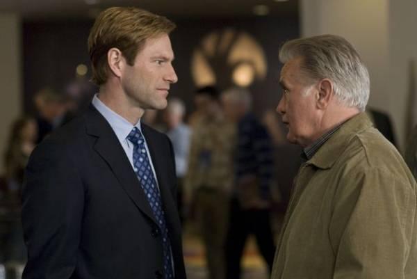 Aaron Eckhart (Burke Ryan) en Martin Sheen