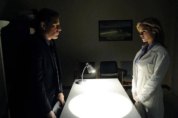 Costas Mandylor (Hoffman) en Betsy Russell (Jill)