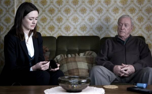 Michael Caine (Harry Brown) en Emily Mortimer (Frampton)