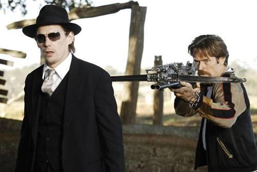Willem Dafoe (Elvis) en Ethan Hawke (Edward)