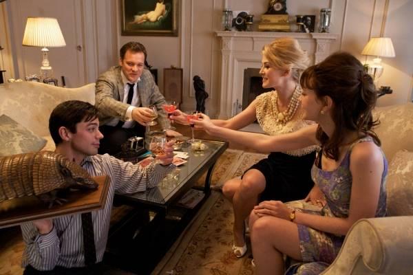 Dominic Cooper (Danny), Carey Mulligan (Jenny), Rosamund Pike (Helen) en Peter Sarsgaard (David) in An Education