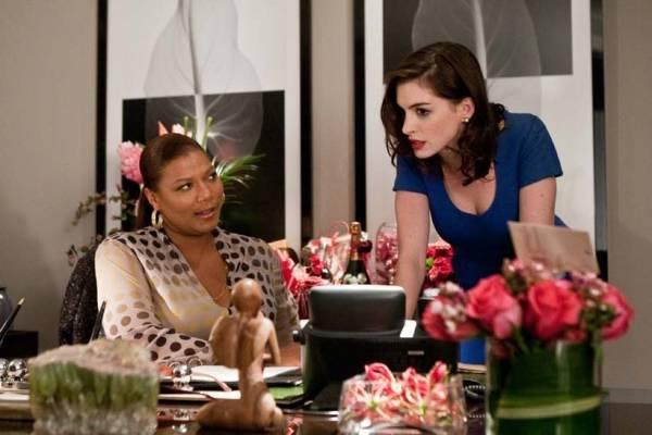 Anne Hathaway (Liz) en Queen Latifah (Erin Patusi)