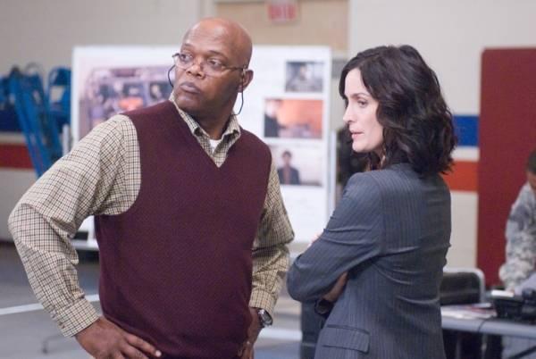 Samuel L. Jackson (H) en Carrie-Anne Moss (Agent Helen Brody)