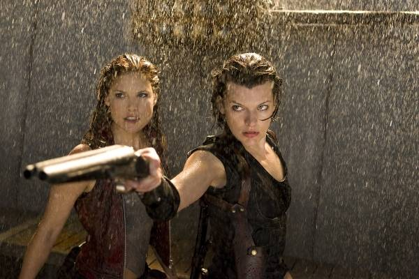Milla Jovovich (Alice) en Ali Larter (Claire Redfield)